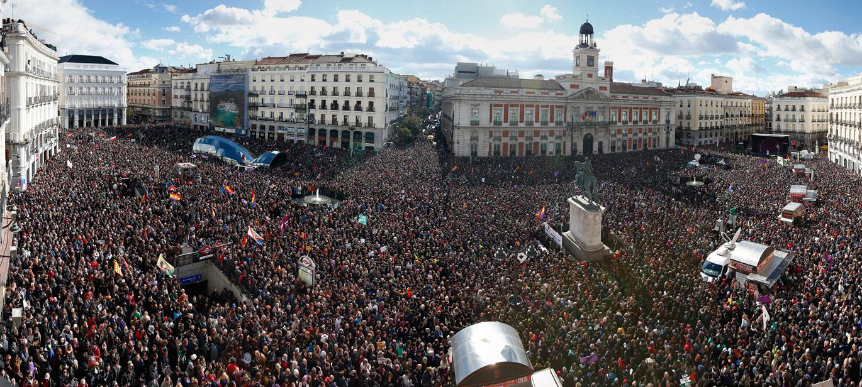 Madrid Plaza del Sol, mais uma vez cheia de pessoas, durante uma manifestação convocada pelo Podemos em 2015.