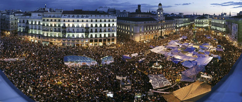 Milhares de pessoas enchem a Plaza del Sol em Madrid durante a mobilização 15M em 2011.